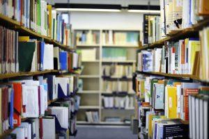 Blick auf die Regale in der Hamburger Lehrerbibliothek